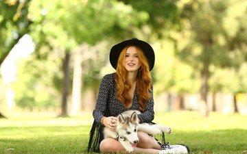 трава, девушка, парк, улыбка, собака, рыжая, сидит, шляпа, сибирский хаски, белла торн