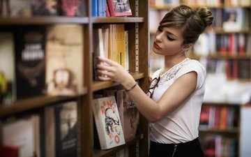 девушка, взгляд, очки, книги, волосы, лицо, макияж, библиотека, полки
