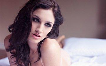 девушка, поза, взгляд, модель, волосы, губы, лицо, макияж, постель, joanne maye