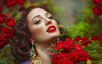 цветы, девушка, портрет, розы, взгляд, волосы, губы, лицо, макияж, сёрьги