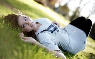 трава, девушка, улыбка, взгляд, лежит, газон