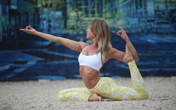 девушка, поза, блондинка, песок, профиль, растяжка, жест, йога, тренировка