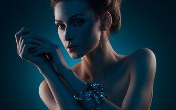 девушка, портрет, взгляд, модель, волосы, лицо, руки, браслет, голые плечи