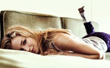 девушка, улыбка, взгляд, лежит, волосы, лицо, актриса, диван, дженнифер лоуренс, benny horne