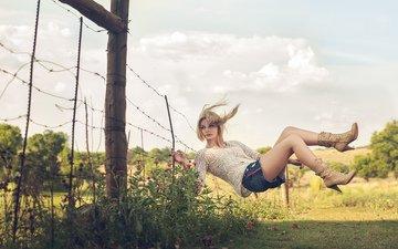 природа, девушка, полет, ситуация, забор, поляна, ограждение, джинсовые шорты