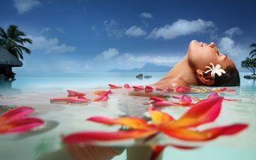 цветы, облака, вода, девушка, море, лепестки, пальмы, лицо, отдых, релакс, курорт, закрытые глаза, блаженство