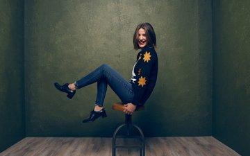 улыбка, сидит, джинсы, ножки, актриса, фотосессия, табуретка, коби смолдерс