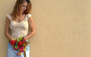цветы, девушка, фон, взгляд, стена, рыжая, модель, букет, лицо