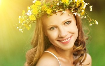 девушка, блондинка, улыбка, портрет, взгляд, губы, полевые цветы, венок, зеленоглазая
