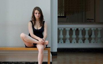девушка, поза, брюнетка, модель, ножки, скамейка, черное платье, имоджен, имоджен дайер