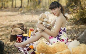девушка, улыбка, лето, взгляд, волосы, игрушки, азиатка, медведи, плюшевые мишки
