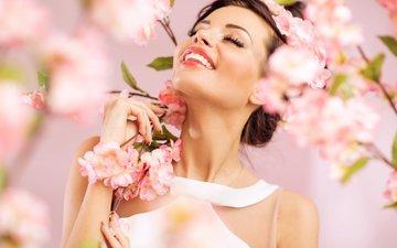 цветы, девушка, улыбка, брюнетка, ветки, модель, весна, губы, лицо, руки, закрытые глаза