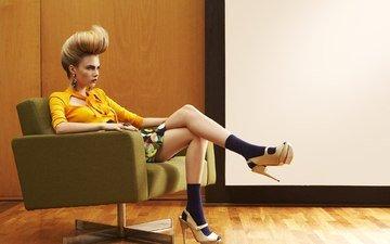 девушка, блондинка, модель, сидит, ножки, кресло, высокие каблуки, ка́ра делеви́нь