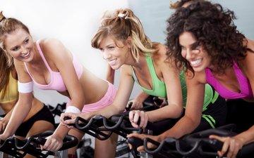 улыбка, девушки, фитнес, спортивная одежда, тренировки, тренажеры, велотренажёр