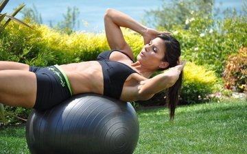 девушка, брюнетка, сад, модель, шар, пресс, фитнес, спортивная одежда, тренировки, фитбол