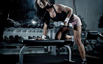 брюнетка, ножки, спорт, майка, шорты, фитнес, спортзал, гантели, тренировка