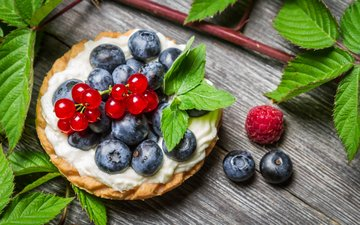 leaves, raspberry, berries, blueberries, cakes, currants, cake, cream, wooden surface