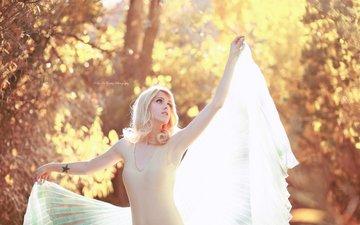 свет, лес, листья, стиль, девушка, поза, блондинка, осень, крылья, модель, татуировка, макияж, боди, боке, kelly mccarthy, okelly mccarthy