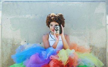 стиль, девушка, улыбка, город, взгляд, очки, модель, фотоаппарат, волосы, лицо, камера, макияж, kelly mccarthy, okelly mccarthy, полароид
