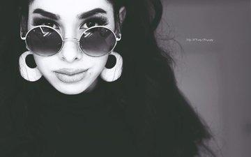 девушка, портрет, взгляд, чёрно-белое, волосы, губы, лицо, сёрьги, солнцезащитные очки, mikaela, kelly mccarthy, okelly mccarthy