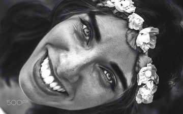 девушка, улыбка, портрет, взгляд, чёрно-белое, волосы, лицо, венок, arti frederic