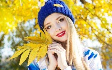 листья, девушка, блондинка, улыбка, взгляд, осень, модель, волосы, лицо, руки, шапочка, красная помада