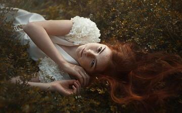 природа, девушка, модель, белое платье, веснушки, рыжеволосая, лежа