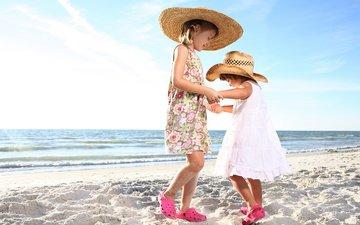 берег, море, песок, дети, танец, девочки, шляпы, платья