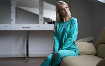 девушка, блондинка, взгляд, модель, волосы, лицо, диван, сидя