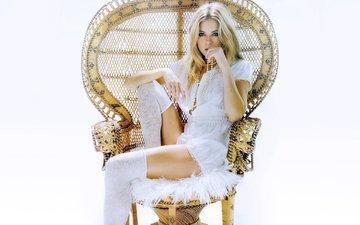 девушка, блондинка, взгляд, стул, модель, чулки, кресло, актриса, голубые глаза, сиенна миллер