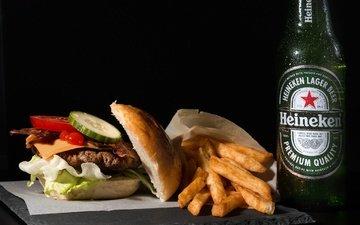 бутерброд, котлета, черный фон, овощи, бутылка, пиво, картошка, бургер, картофель фри, хайнекен