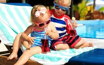 дети, девочка, бассейн, отдых, мальчик, малыши, стаканы, лежак, бант, сок