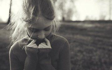 чёрно-белое, девочка, детство, свитер, веснушки