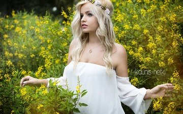 девушка, блондинка, лето, взгляд, модель, лицо, венок, белое платье, голые плечи, allison