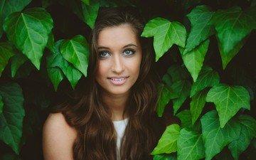 листья, девушка, улыбка, взгляд, модель, волосы, лицо, зеленоглазая