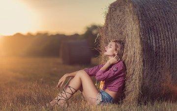 девушка, настроение, поле, сено, модель, ноги, волосы, шорты, andrea carretta, скирда