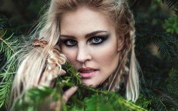 хвоя, девушка, блондинка, портрет, ветки, взгляд, модель, губы, макияж, victoria sviggum