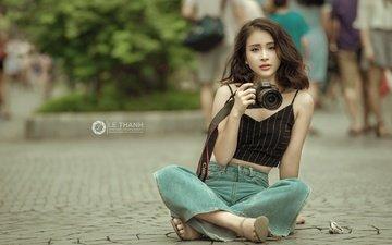 девушка, поза, взгляд, улица, фотоаппарат, джинсы, волосы, лицо, камера, азиатка