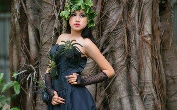 дерево, листья, девушка, брюнетка, взгляд, модель, венок, пауки, черное платье, голые плечи, syalita paramadina