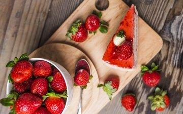 еда, клубника, ягоды, сладкое, торт, десерт, пирожное, деревянная поверхность