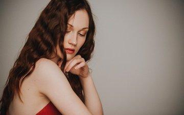 рука, девушка, фон, портрет, взгляд, модель, волосы, губы, лицо, голое плечо
