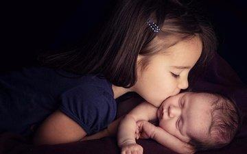 дети, девочка, темный фон, любовь, ребенок, нежность, поцелуй, позитив
