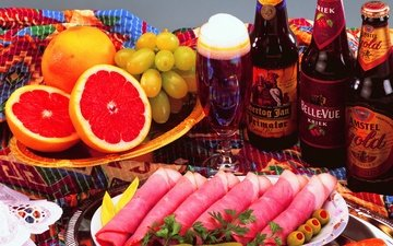 зелень, виноград, фрукты, бокал, пиво, бутылки, оливки, цитрусы, грейпфрут, ветчина