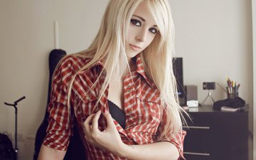 девушка, интерьер, блондинка, взгляд, волосы, лицо, макияж, рубашка, bessy