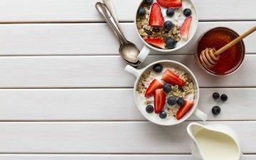 клубника, ягоды, черника, завтрак, мед, йогурт, овсяные хлопья