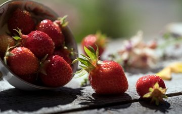 клубника, тень, ягоды, деревянная поверхность