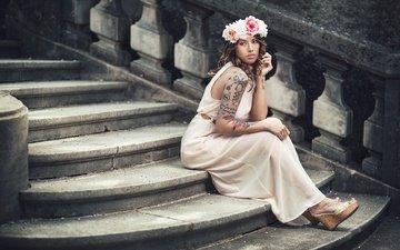 лестница, ступеньки, девушка, платье, взгляд, модель, тату, волосы, лицо, венок