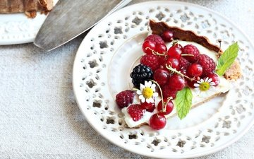 малина, ягоды, тарелка, десерт, пирог, ежевика, смородина