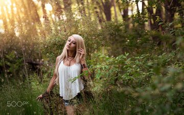 природа, растения, девушка, блондинка, взгляд, волосы, лицо, солнечный свет, джинсовые шорты, эван кейн