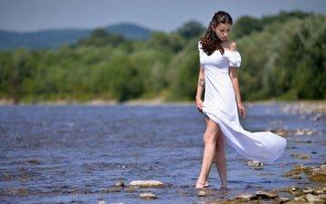 вода, река, девушка, платье, взгляд, модель, тату, ножки, волосы, лицо, белое платье, ivan borys